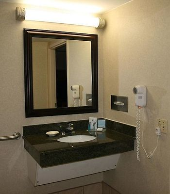 Hampton Inn Newark-Airport photos Room Accessible Bathroom
