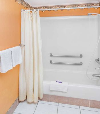Kings Inn Michigan City photos Room Accessible ADA Bath