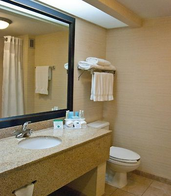 Holiday Inn Express Hotel & Suites Wilmington-University Ctr photos Room