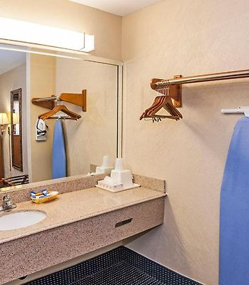 Downtowner Inn And Suites photos Room
