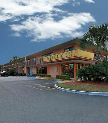 Super 6 Inn & Suites photos Exterior Hotel information