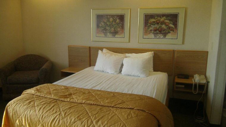 Pleasant Stay Inn & Suites Room