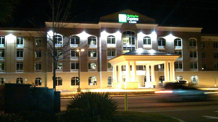 Holiday Inn Express & Suites C Exterior
