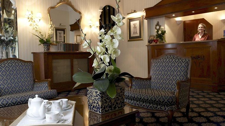 London Lodge Hotel Interior