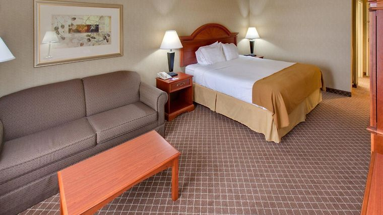 Holiday Inn Express Cedar Rapids Room