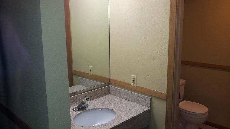 Howard Johnson Inn & Suites Tacoma/Joint Base Lewis-Mcchord Room
