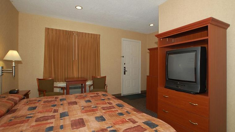 Econo Lodge Inn & Suites Downtown Room