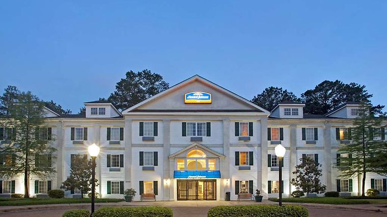 Howard Johnson Jackson North Ridgeland Exterior HOJO ExteriorBlueHour