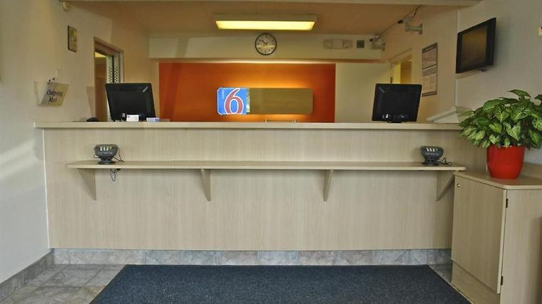 Motel 6 Charleston East Maccorkle Avenue Interior Lobby view