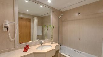 Tryp Covilha Dona Maria Hotel photos Room bathroom