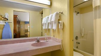 Howard Johnson Express Inn & Suites Lakefront Park photos Room